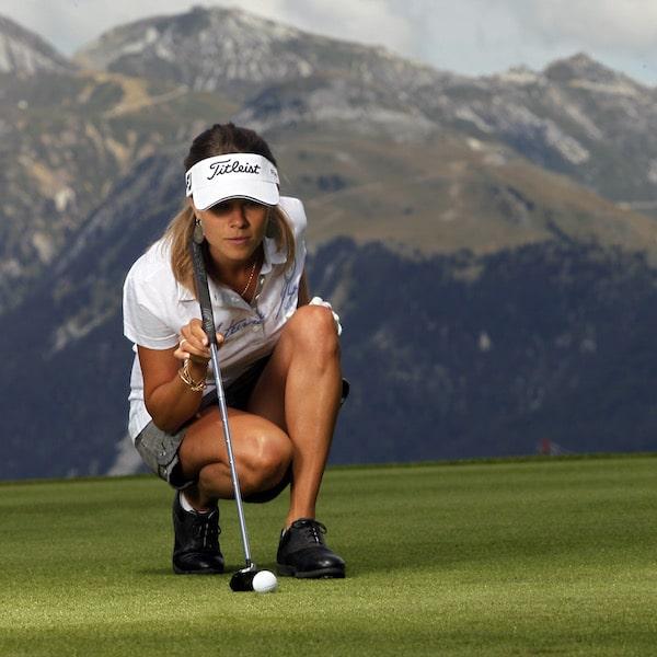 Golf Club de Courchevel | Golfeuse sur le green du trou 5