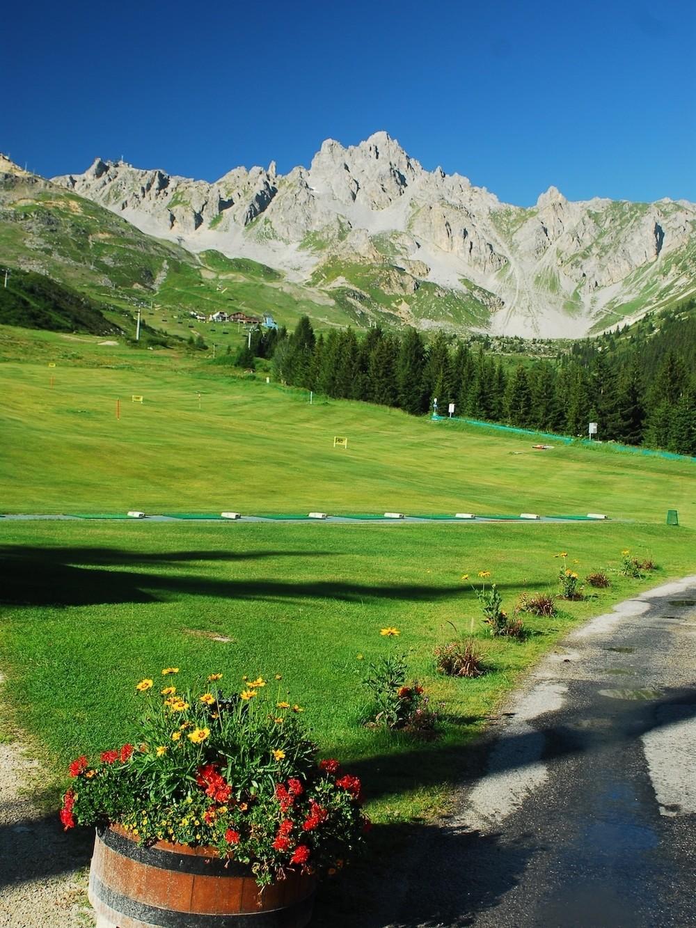 Golf Club de Courchevel | Le practice avec plus de 200 m en légère montée