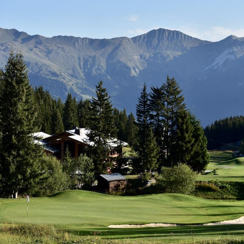 Golf Club de Courchevel | Green du 6 avec vue sur le Roc du Becoin