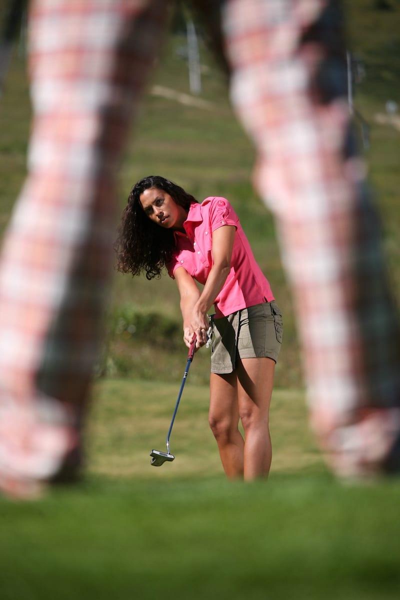 Golf Club de Courchevel | Golfeuse s'entraîne au tchiping