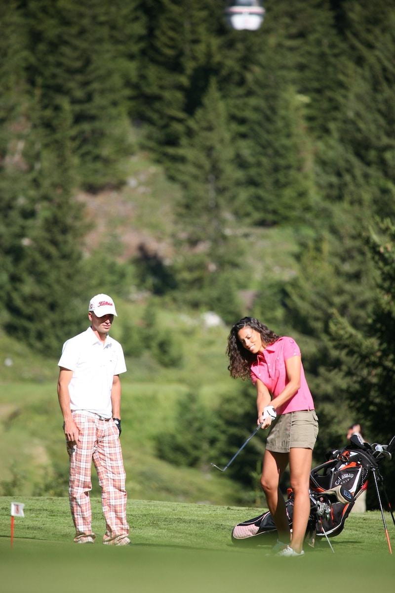 Golf Club de Courchevel | Golfeuse s'entraîne avec un coach