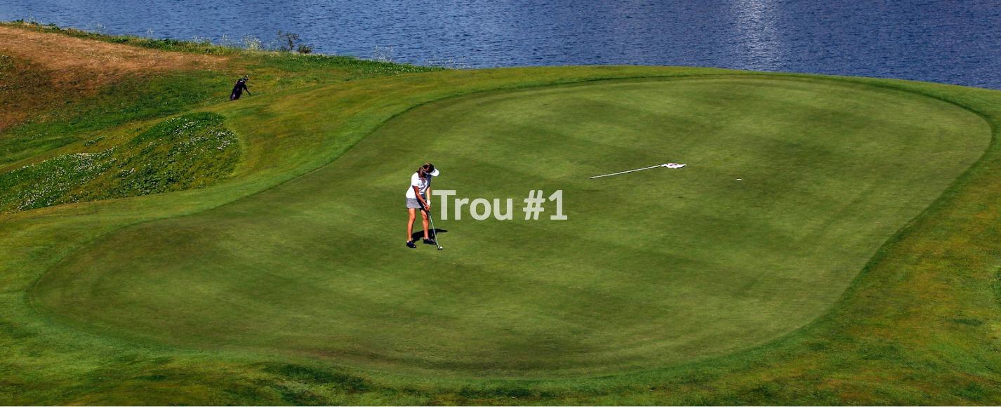 Golf Club de Courchevel | Le green du trou 1 et le Lac du Biolley